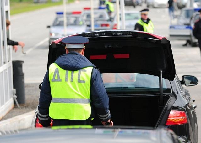 Осмотр и досмотр транспортного средства сотрудниками ДПС: основания и порядки