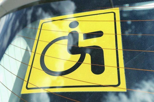 Значок инвалида на машине: как получить и какой штраф