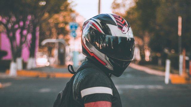 Штраф за езду без шлема на мотоцикле - обязательно ли его застегивать?