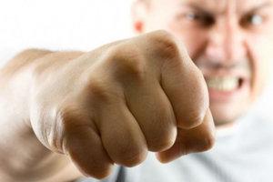 Что делать если сосед угрожает физической расправой и оскорбляет