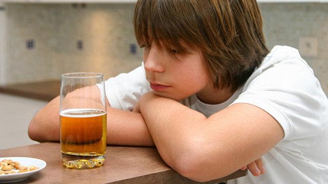 Распитие спиртных напитков несовершеннолетними: ответственность за употребление