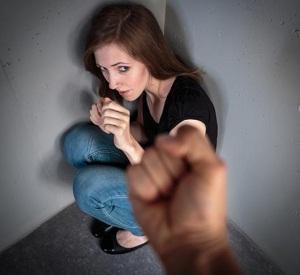 Муж избивает жену: куда обращаться потерпевшей и что ему грозит
